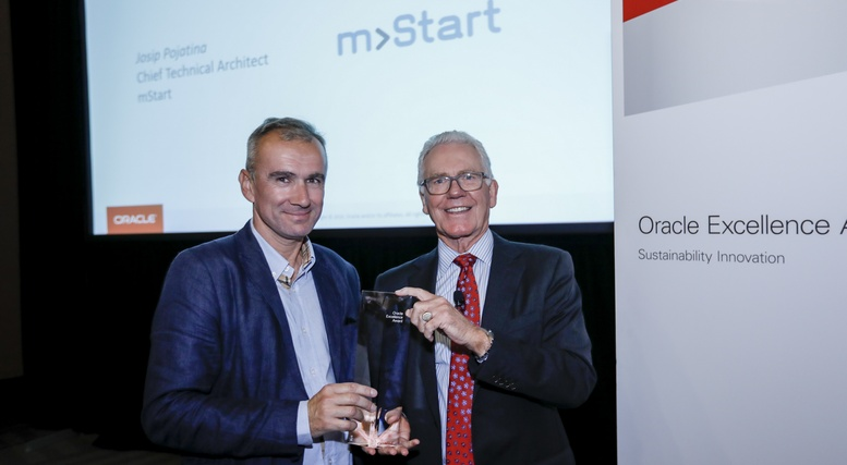 josip-pojatina-stariji-specijalist-za-razvoj-poslovnih-aplikacija-u-mstartu-peuzima-nagradu